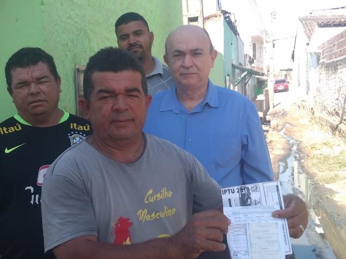 Moradores do Bairro Santo Antônio em Surubim, esquecidos pela gestão Ana Célia (PSB), chamam doutor Valdi para mostrar a situação degradante que estão vivendo.