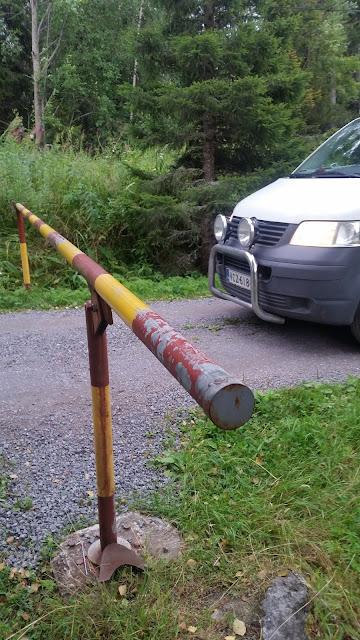 Tien katkaisee puomi, pakettiauto toisella puolella puomia
