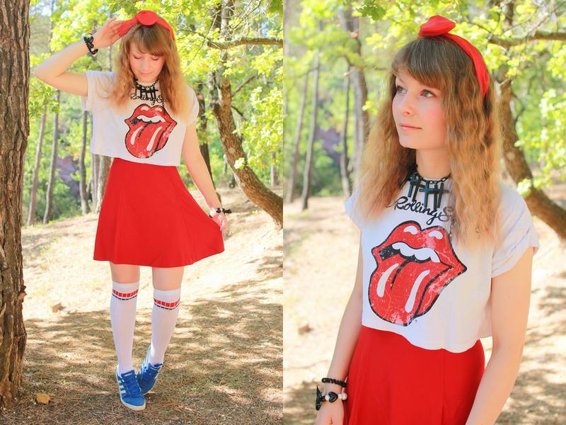 tenue dans les tons rouge avec un t-shirt imprimé Rolling Stones et une jupe monochrome rouge