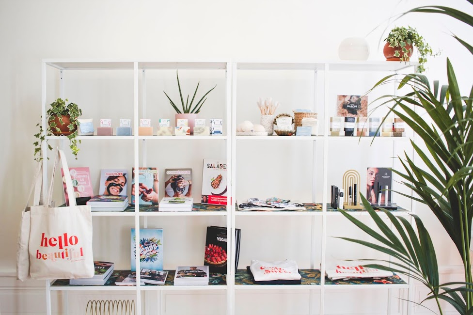 Etagère avec plantes, livres et produits de Beauté