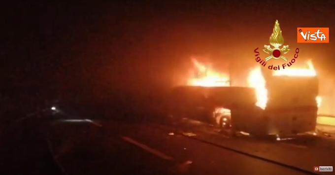 Autobus prende fuoco in galleria. Salvi venticinque bambini a Lecco