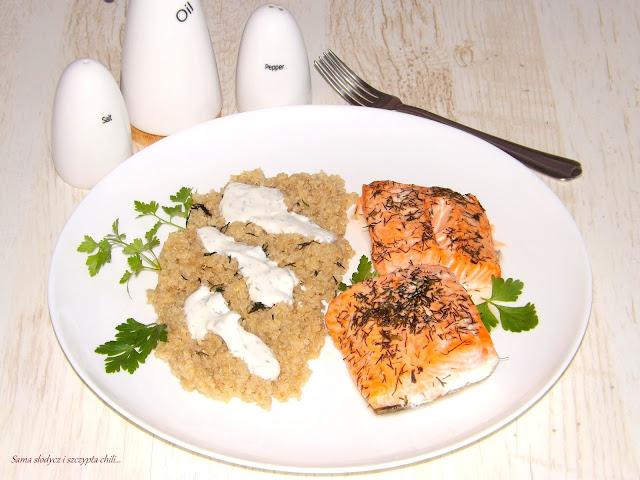Łosoś pieczony w piekarniku z komosą ryżową Plenus i sosem śmietanowo-czosnkowym.