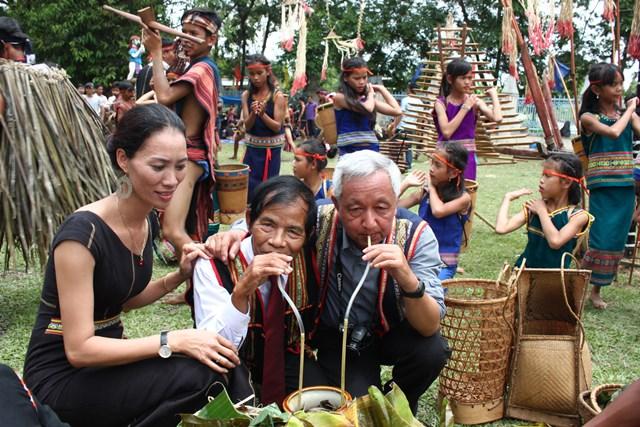 Nghệ nhân ưu tú A Jar(giữa) ở làng Plei Đôn (P. Quang Trung, TP. Kon Tum)