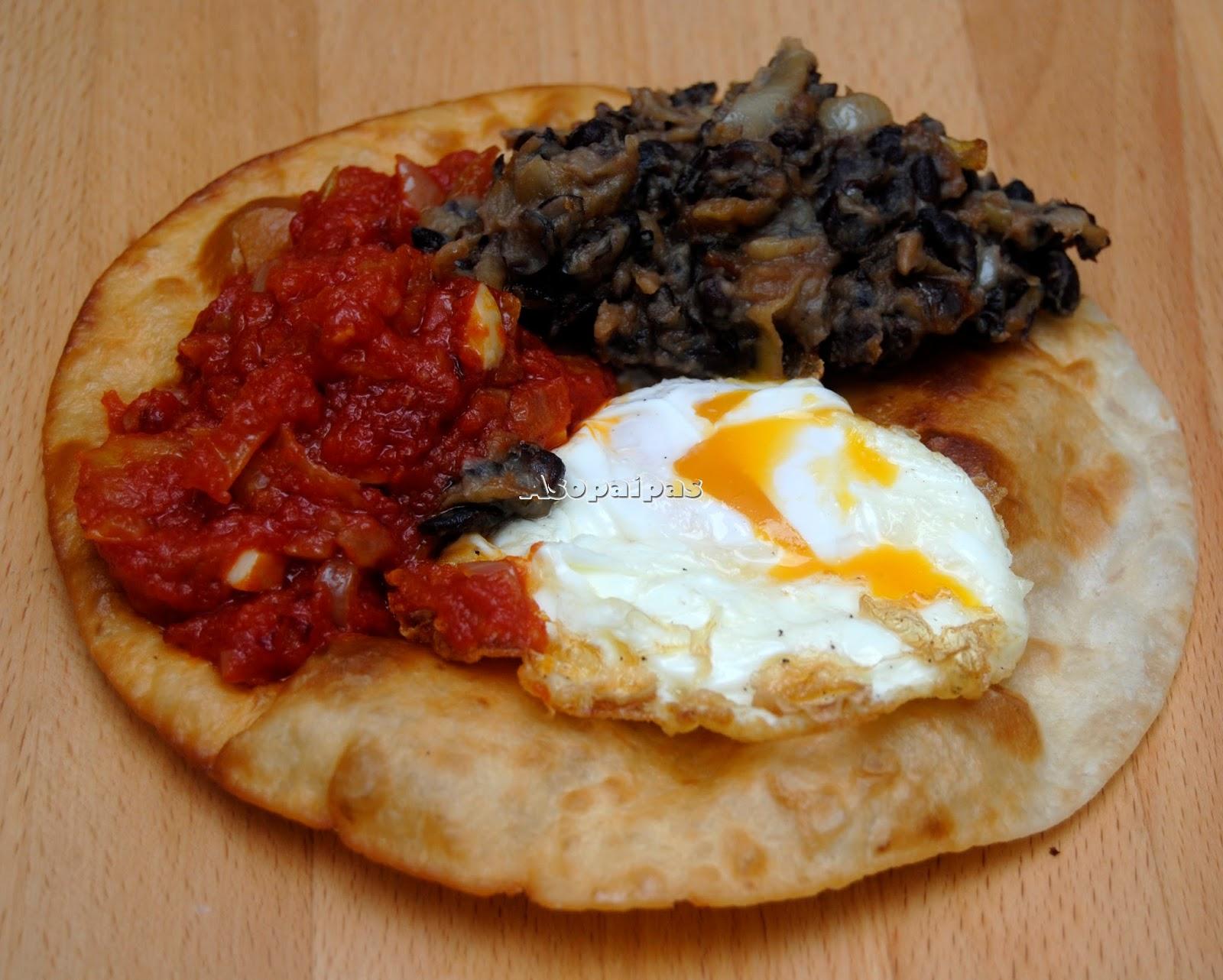 Huevos Rancheros con alubias salsa de tomate huevo frito