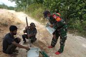 Cegah Tindak Kriminalitas Babinsa Bersama Perangkat Desa Pasang Lampu Jalan