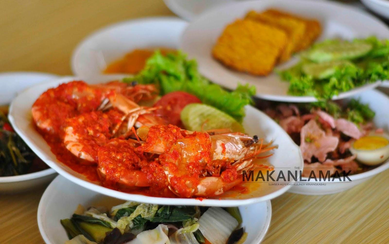 sajian masakan di Rumah Makan Padang.
