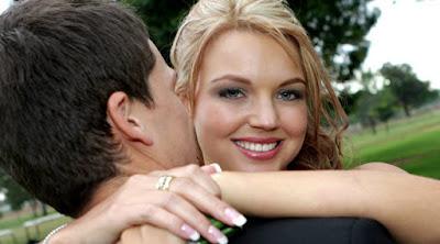 امرأة تحضن رجل حبيبها زوجها عشيقها تحب تحتضن woman hug man boyfriend girl love affection attraction showing-his-her-feelings