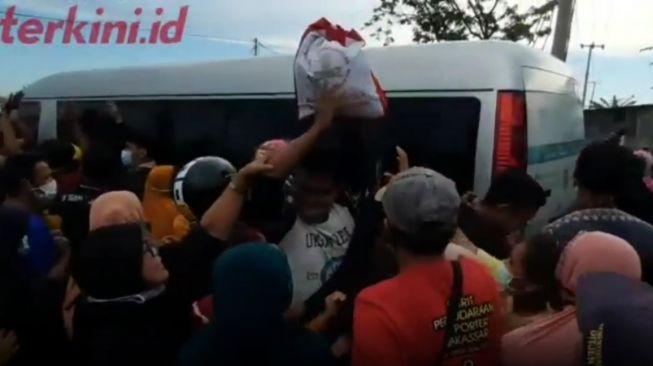 Alamak-Warga-Maros-Berdesakan-Rebutan-Sembako-Jokowi-Sampai-Jatuh-Bangun-ke-Aspal