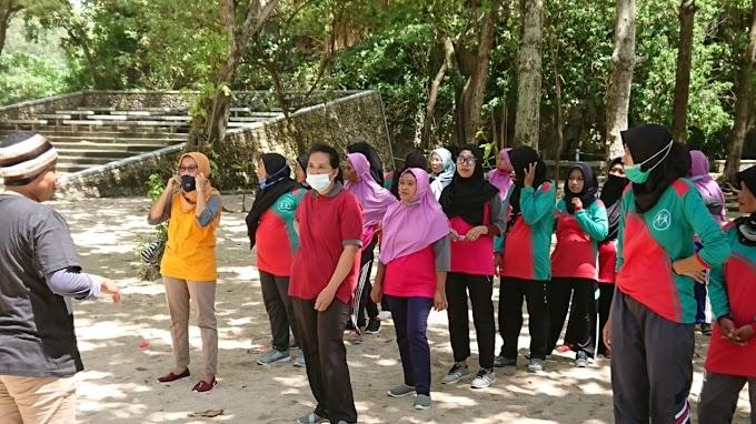 Tingkatkan Semangat, Kader Kampung KB Nanas dan Wonotoro Gelar Outbond di Pantai Sundak