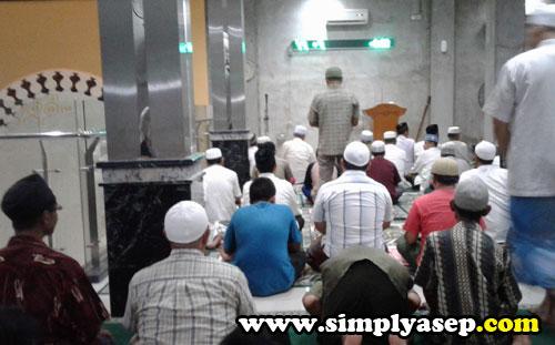 TARAWIH : Tarawih di Masjid Ikhwanul Mukminin Pontianak ini berjumlah 20 belum termasuk Witir. Tidak ada kulsum atau kultum malam itu. Foto Asep Haryono