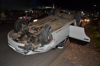 Carros colidem de frente próximo ao Shopping Cidade Luz, em Guarabira e deixa uma pessoa ferida