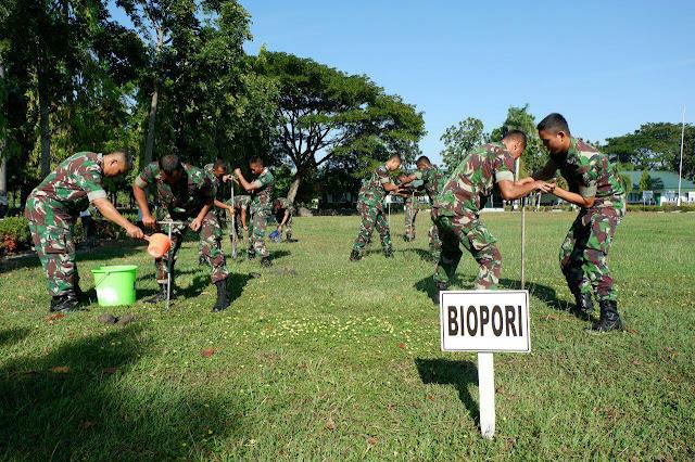 Jaga Lingkungan, Danyonarmed 12 Kostrad Lakukan Biopori di Ngawi