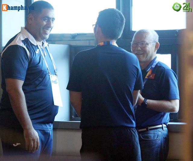Thầy Park thân mật với HLV của UAE trước đại chiến ở giải U23 châu Á 2