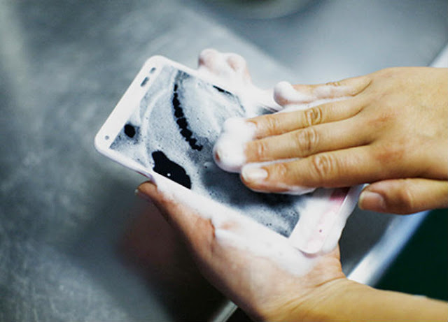 هاتف ذكي يمكنك غسله بالماء والصابون!