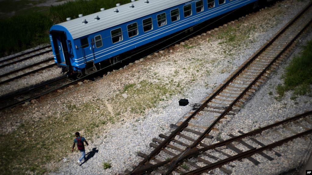 El gobierno cubano echó mano a la quema de neumáticos para hacer frente a la crisis de combustible, debido al endurecimiento de las sanciones de Washington. El transporte se ha visto seriamente afectado en toda la isla / AP
