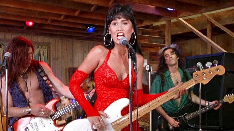 Tia Carrere con su banda en una escena de Wayne's World
