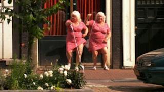 Είναι δίδυμες, είναι ιερόδουλες και είναι 72…ετών! Έχουν πάει με… 355.000 άντρες! ΕΙΚΟΝΕΣ