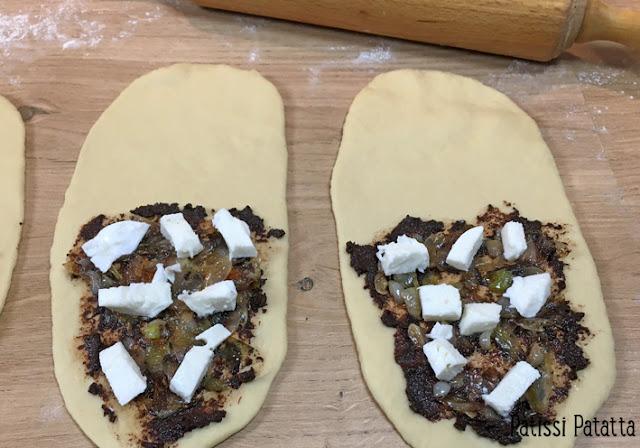 recette de fougasses individuelles, fougasses tapenade et oignons nouveaux, fougasses provençales, pâte à fougasse, pains garnis maison, pains, tapenade, oignons nouveaux, mozzarella, végétarien, comment faire des fougasses, patissi-patatta