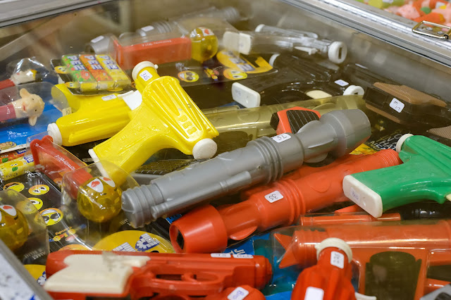 Vintage PEZ guns at Pezamania