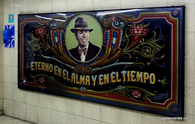Placa em fileteado na Estação Carlos Gardel do metrô de Buenos Aires,