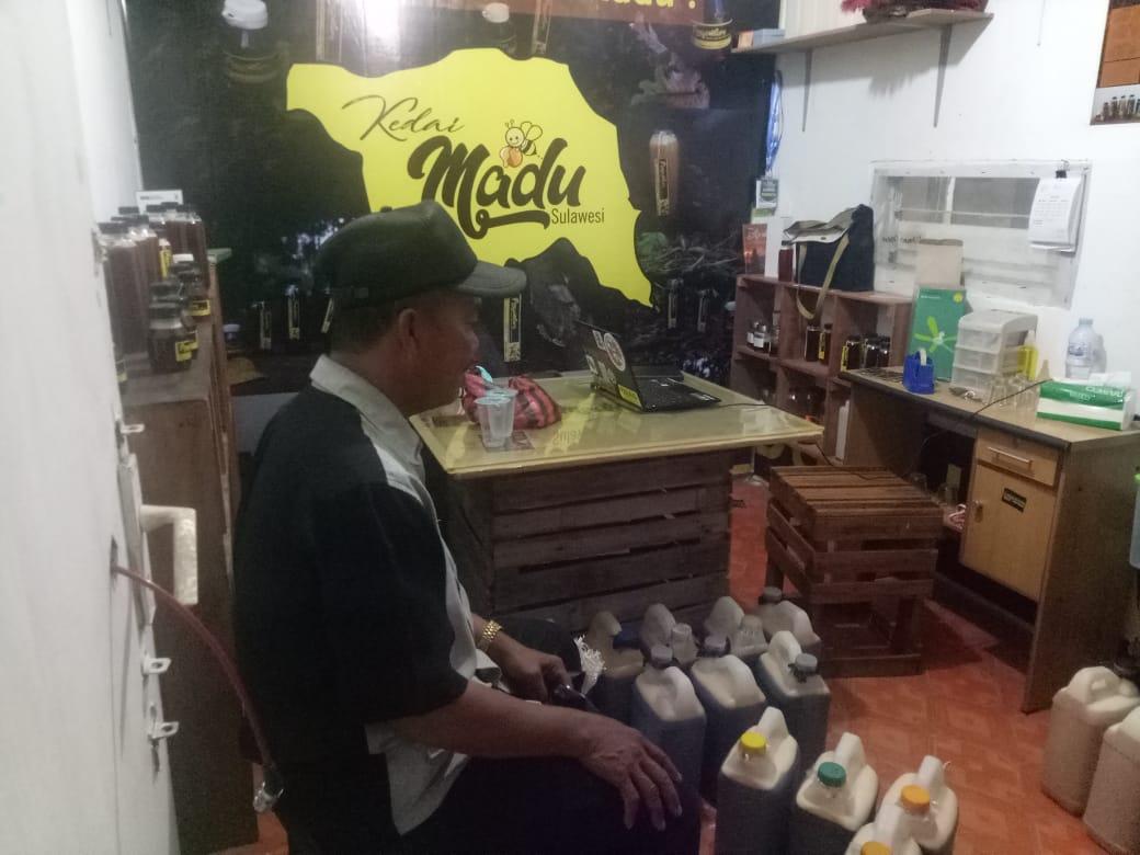 Dg. Liwang Penyuplai Pertama Kedai Madu Sulawesi