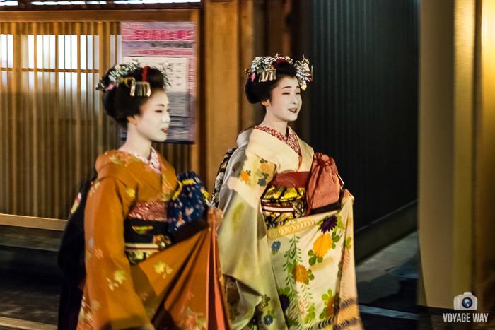 duo de maiko marchant dans la rue, Gion, Kyoto