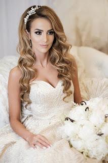 novia con cabello suelto y vestido blanco