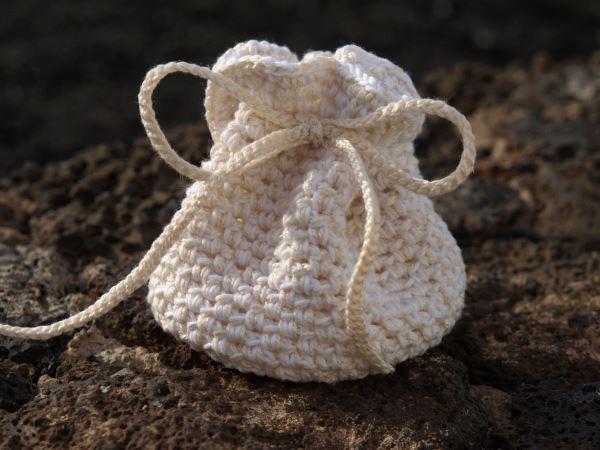 bolsita de ganchillo ideal para meter semillas o escamas de jabn para que huela bien