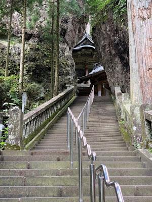 岩の間を抜ける階段