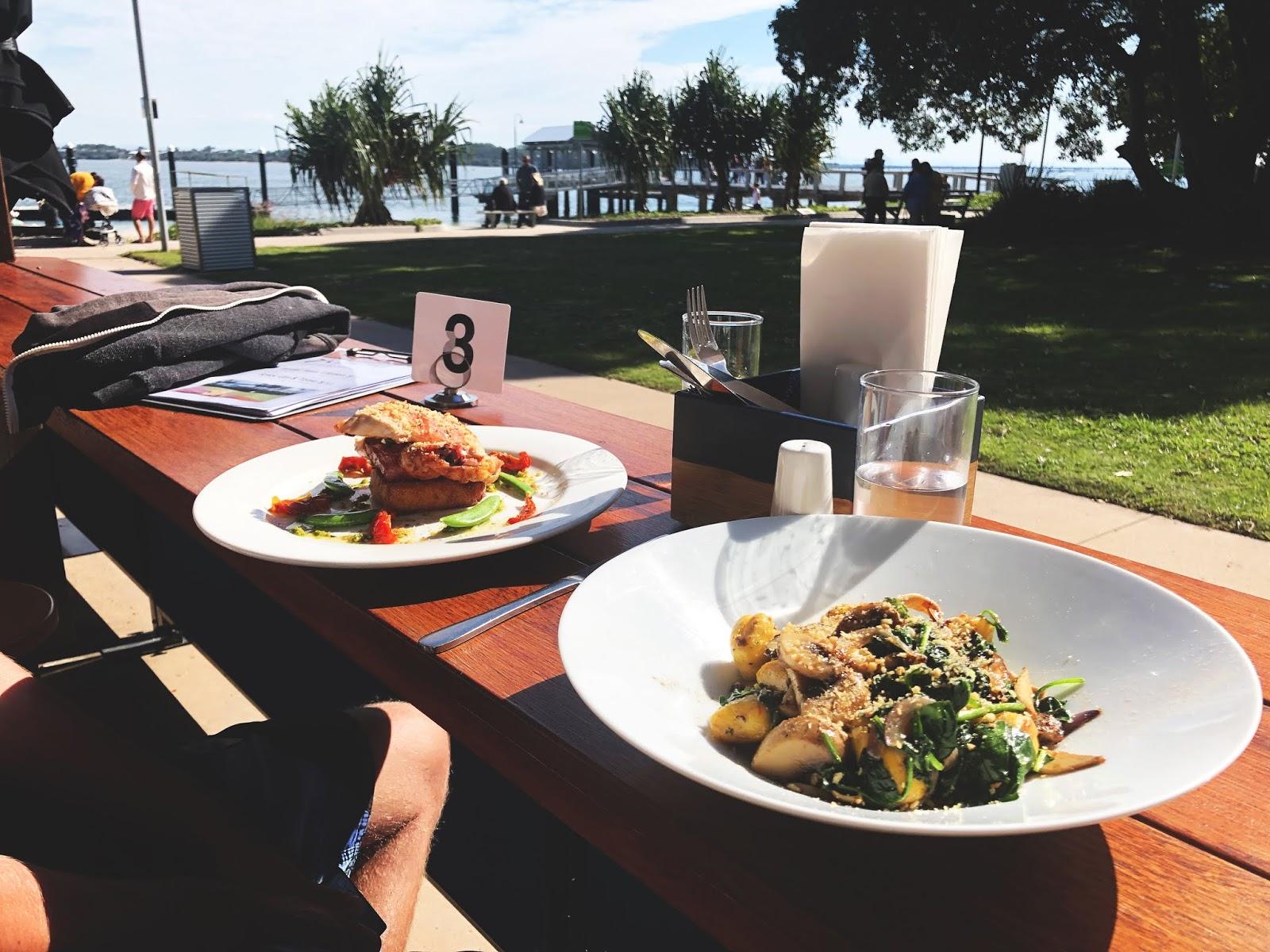 Restauracja na Bribie Island, dwa dania na talerzach.