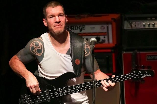 """Baixista dos Rage Against The Machine afirma que banda nunca dará concertos """"Drive-In"""""""