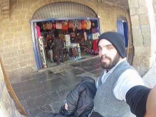 Pedro fazendo compras em Cusco / Peru.