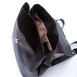 Detalle del interior de seda de cartera mochila en símil cuero
