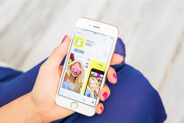 Snapchat هو تطبيق مراسلة فورية للأجهزة المحمولة بنجاح كبير. تتمثل الفكرة في التمكن من إرسال رسائل خاصة مع صور ومقاطع فيديو مخصصة يتم حذفها تلقائيًا بمجرد مشاهدتها ، وقد جذبت هذه الميزة الجمهور الشاب. لكن في بعض الأحيان ، بسبب الرقابة ، يمكننا إرسال رسالة إلى الشخص غير المرغوب فيه.
