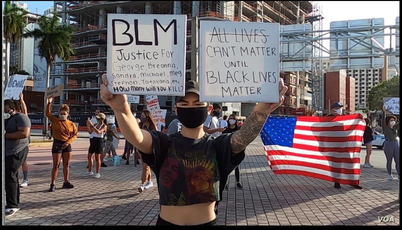 Un manifestante pide justicia durante las protesta por la muerte de George Floyd en una marcha en Miami, Florida, el 31 de mayo de 2020 / VOA / Antoni Belchi
