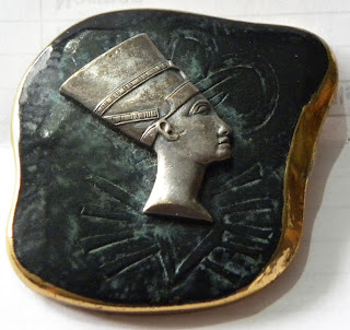 Egyptian king brooch black on gold