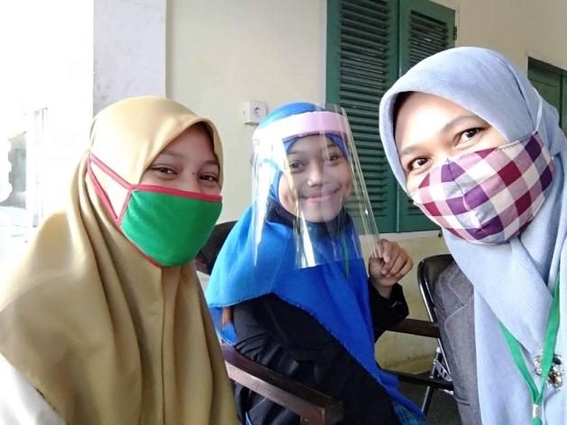 Masker kain atau Face Shield kini menjadi kelengkapan outfit harian