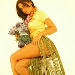 Andrea Rincon, Selena Spice Galeria 13: Hawaiana Camiseta Amarilla Foto 51