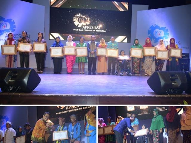 Para Pegiat PAUD dan Pendidikan Keluarga Mendapatkan Penghargaan dari Kemendikbud