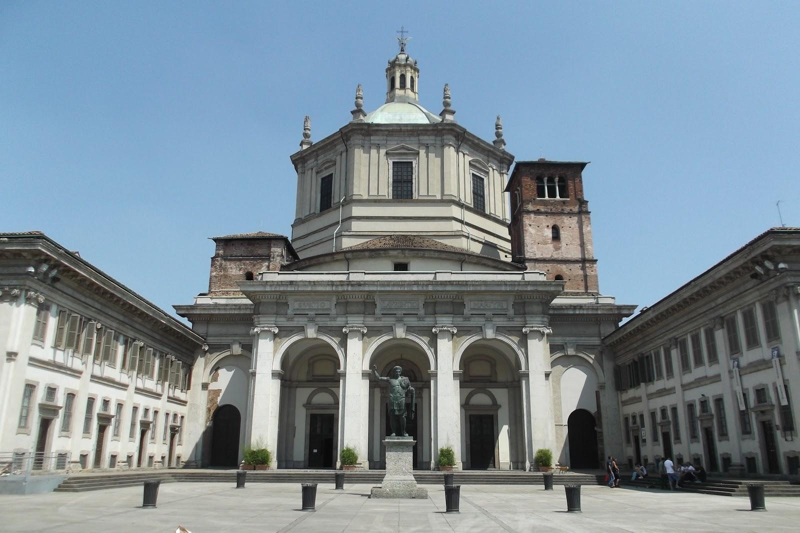 サン・ロレンツォ・マッジョーレ大聖堂のコンタンティヌス大帝の彫像が立てられた正面広場の景観