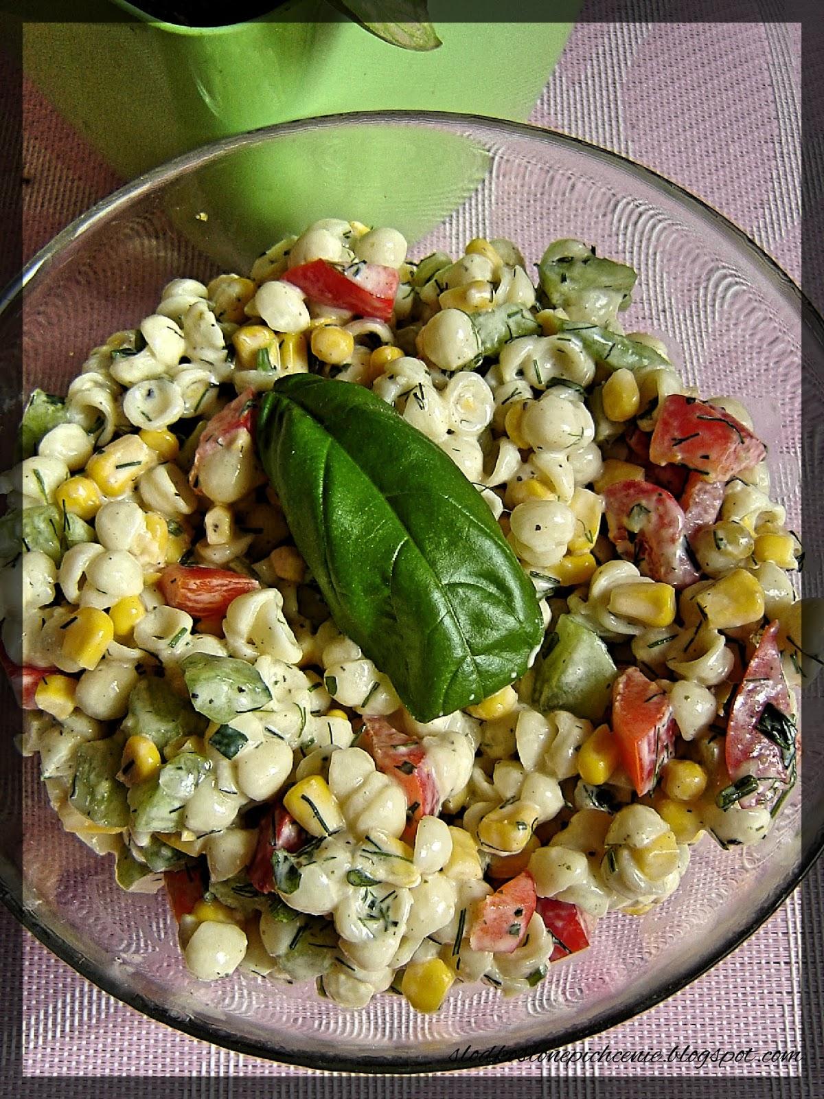 Sałatka makaronowa z ogórkiem i papryką