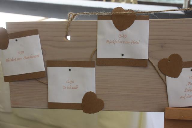 TimeLine Zeitplan auf Holztafel Vintage-Hochzeit im Sommer im Riessersee Hotel Garmisch-Partenkirchen, Bayern - Vintage wedding in Germany, Bavaria, lake & mountains