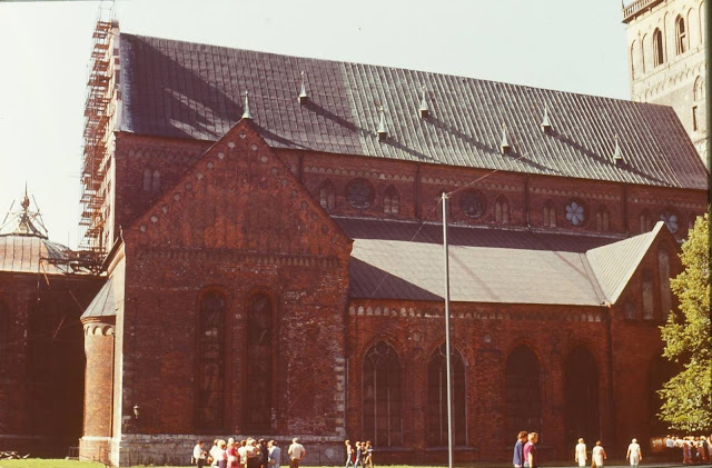 1983 год. Рига. На площади 17 июня возле Концертного зала органной музыки в Домском соборе (соборе Святой Марии)