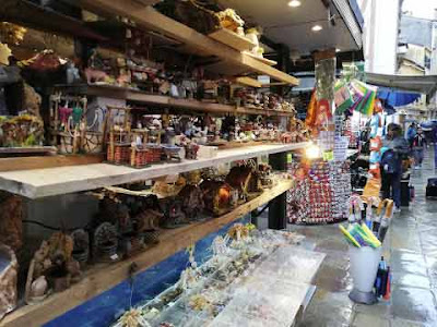 Il chiosco di souvenir a San Giovanni Grisostomo che a Natale vende presepi
