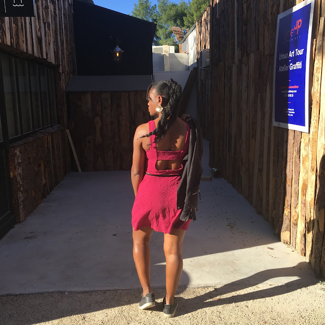 robe fushia, look juvéline, robe courte, robe jennyfer, jennyfer, look d'ado, look jeune, style ado, veste blazer, look d'automne, veste légère, veste noire, sneakers, tennis, le coq sportif, casual look, look décontacté