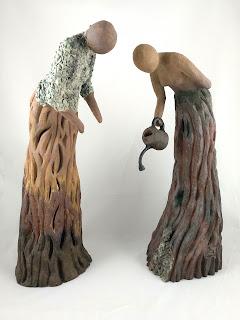 Escultura de cerámica de dos mujeres