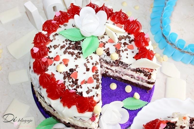 Tort z kremem jogurtowym z białą czekoladą i chrupiącą polewą