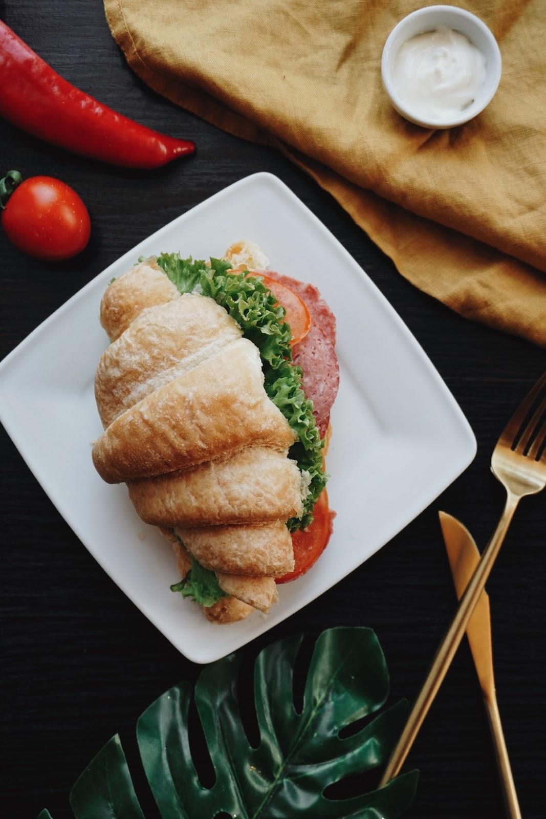 Croissant relleno de ingredientes salados (tomate, lechuga)