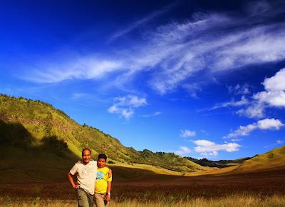 Berfoto bersama si Cikal di Bukit Teletubies.