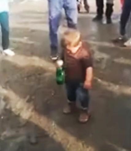 Възрастни пият с невръстно дете! Пиян ли е Кевин и ще се самосезират ли институциите? (ВИДЕО)